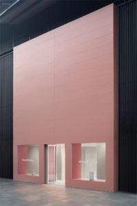 Aluminiumpaneelen im Acne-eigenen Pink-Ton