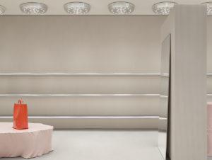 Tisch-ähnliche Skulpturen durchbrechen das streng geometrische Raster des Store-Designs.