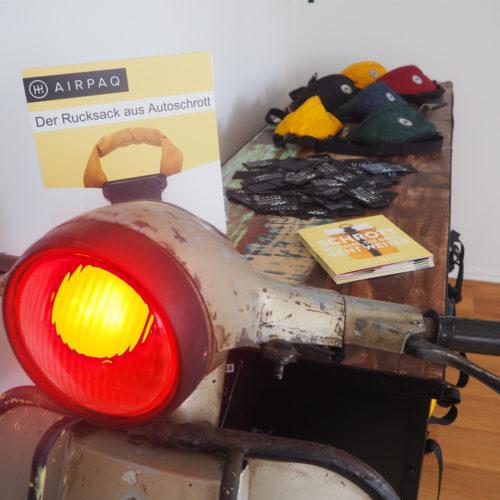 Aipaq zeigt das Material, aus dem die Rücksäcke bestehen.