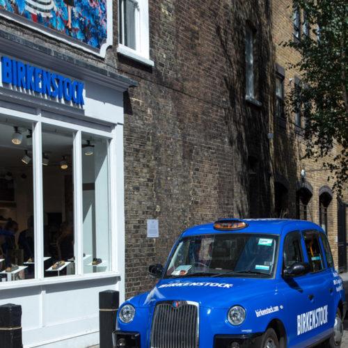 Eine Taxi-Flotte aus 50 Fahrzeugen vollständig im minimalistisch blauen Birkenstock-Design soll Passanten auf die neuen Stores aufmerksam machen.