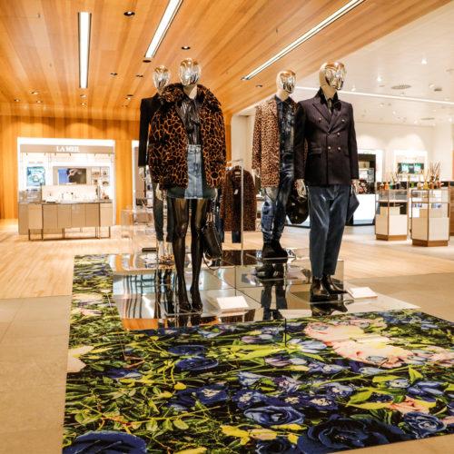 Blickfang ist ein großer Teppich mit floralem Motiv.