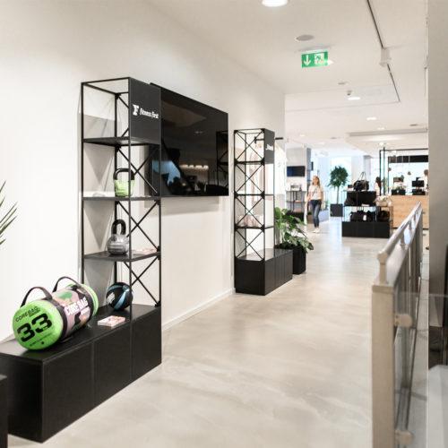 Modularer Ladenbau sowie Schwarz-Weiß-Kontraste dominieren, hier: Fitness First-Inszenierung