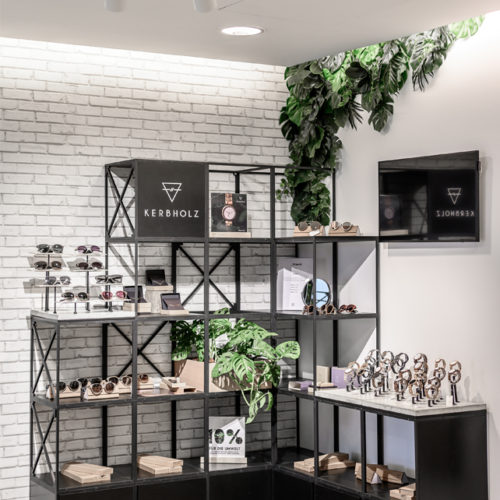 Dekorative Pflanzen setzen Akzente bei der Kerbholz-Inszenierung.