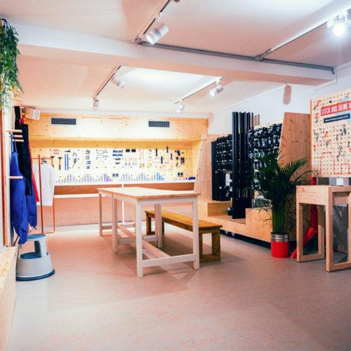 Auf der Werkstattfläche können Shopper direkt ihr Möbel aufbauen und gestalten.