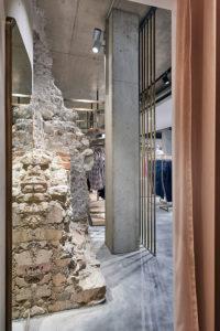 Stadtmauer-Relikte geben dem Erweiterungsneubau im Modehaus Juhasz in Bad Reichenhall etwas ganz Besonders