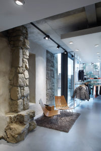 Im Modehaus Garhammer in Waldkirchen wurden Teile der ehemaligen Stadtmauer als Gestaltungselement in die Verkaufsfläche integriert