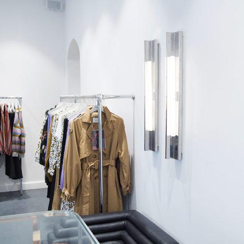 Dezente Industrie-Leuchten im Fashion Store des Labels Gestuz in Kopenhagen.