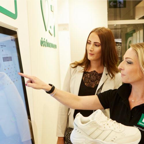 Schuhe können über ein Kunden-Touchdisplay geordert werden.