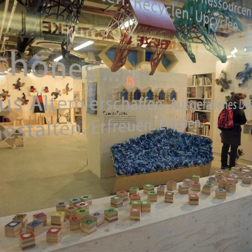 In er Rathaus-Galerie in Essen eröffnete die Diakonie einen Store, in dem Design-Objekte und Gebrauchsgegenstände verkauft werden, die von Langezeitarbeitslosen angefertigt wurden.