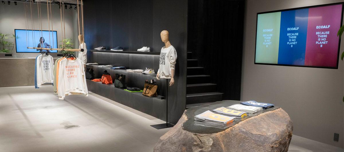 Blickfang im neuen Ecoalf-Store in Tokio ist natürlicher Felsbrocken aus einer japanischen Präfektur.