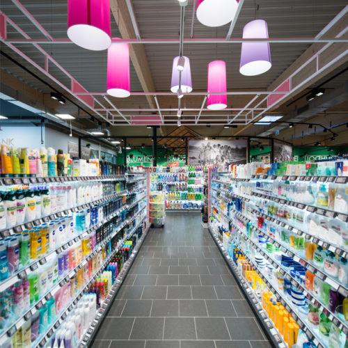 Lampen in Flieder- und Pinktönen in der Drogerieabteilung