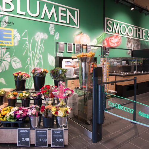 Blumen begrüßen die Kunden direkt am Eingang