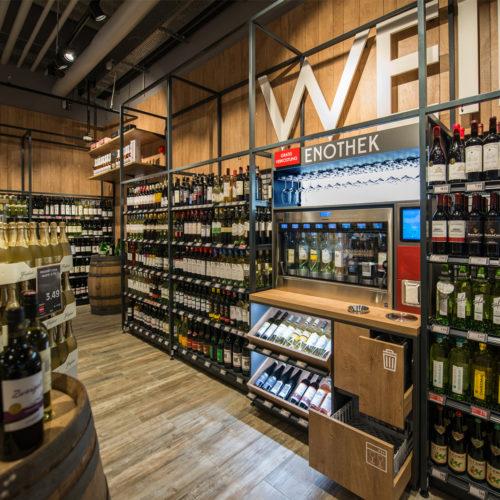An der Enothek können Kunden verschiedene Weine verkosten