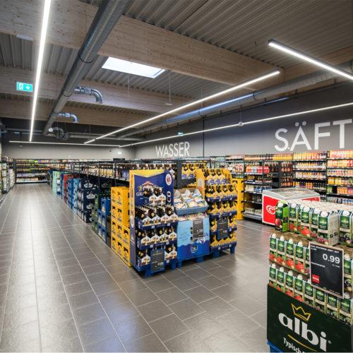 Die großzügige Getränkeabteilung besitzt einen separaten Eingang
