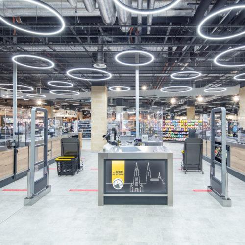 Blickfang in der Kassenzone: die futuristisch anmutende Beleuchtung