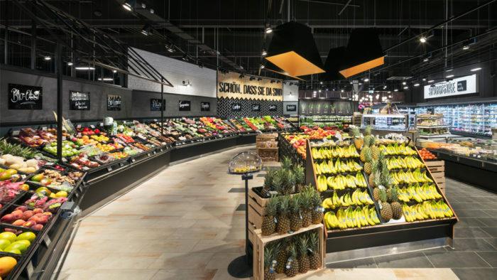 Entschleunigen und verweilen sollen Kunden in der Obst- und Gemüseabteilung bei Edeka Honsel in Dorsten-Hervest