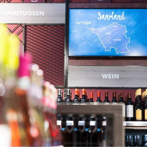 Digitaler Screen in der Weinabteilung