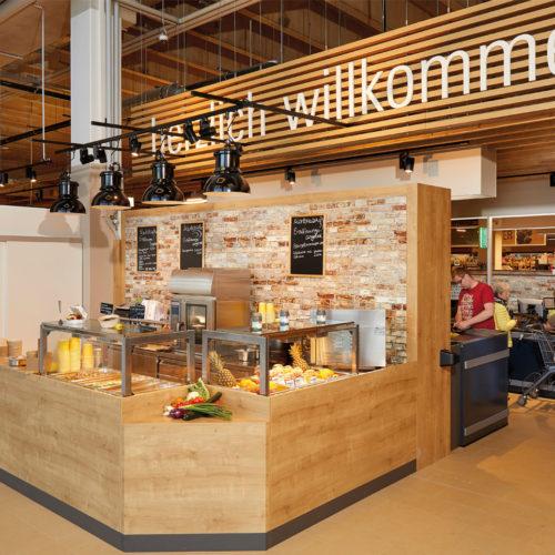 Im Einganbereich: Das Markt-Bistro mit warmer, wöchentlich wechselnder Speisekarte
