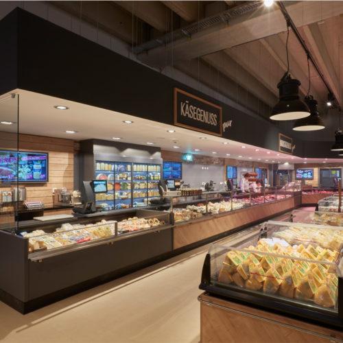Ein großer Kompetenzbereich sind die Frische- Bedientheken mit Fisch, Fleisch, Wurst und Käse