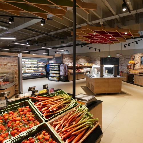 Die Obst- und Gemüseabteilung enthält eine Salatbar