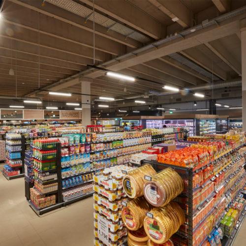 Modernes Design im schnörkellosen, rechteckigen Grundriss des Marktes