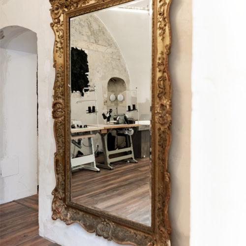 Vergoldeter Spiegel im Atelier