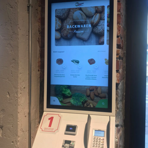 Der Kunde kann sich am Terminal durch das Menü scrollen und hat aktuell eine Auswahl von 500 Artikeln.
