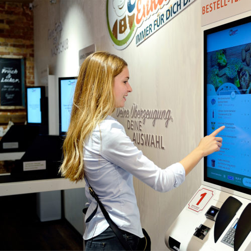 Bestellt werden alle Produkte an einem der dafür vorgesehenen Terminal im Store.