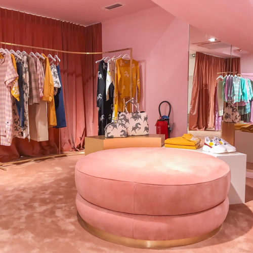 Süßliche Farbigkeit dominiert das Store-Design.