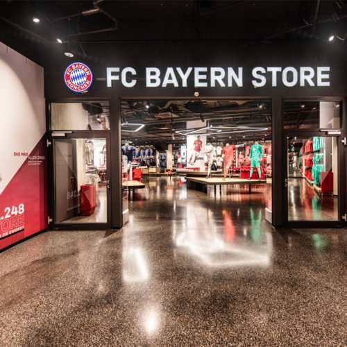 Fotos von FC Bayern-Spielern schmücken die Fassade des Stores