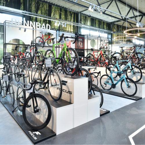 Fahrräder werden auf Podesten in Szene gesetzt.