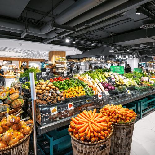 Obst und Gemüse-Vielfalt in Körben und Kisten aus natürlichen Materialien