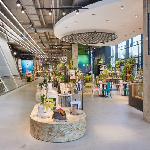 Mr. Bens Café lädt im Eingangsbereich zum Verweilen ein, direkt dahinter folgt eine Pop-up-Fläche, auf der sich aktuell der Düsseldorfer Florist Fiori präsentiert.