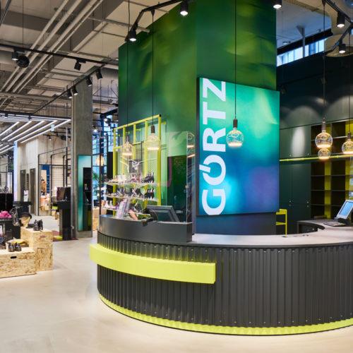 Blickfang ist im Erdgeschoss auch die Kassenzone bzw. der Infopoint.