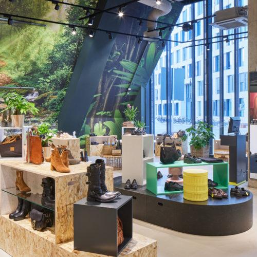 Die Natur im Store: Große Fensterflächen rücken die mit Naturmotiven tapezierten Rückwände im neuen Flagship-Store von Görtz in Düsseldorf  ins rechte Licht.