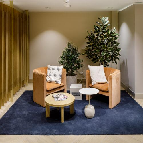 Pflanzen und gemütliche Sitzecken sorgen für eine wohlige Wärme bei den Umkleidekabinen.