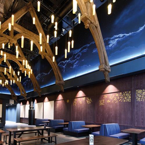 Food Hall mit schwebenden Kerzen unter dem Nachthimmel