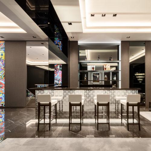 Luxuriöse Materialien prägen das Interieur.