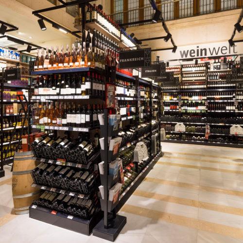 850 Weine und Schaumweine vor Ort, rd. 200 exklusiv, diverse gekühlte Weine und Schaumweine. Lieferungen von über 2.000 weiteren Wein-Spezialitäten sind binnen 48 Stunden möglich.