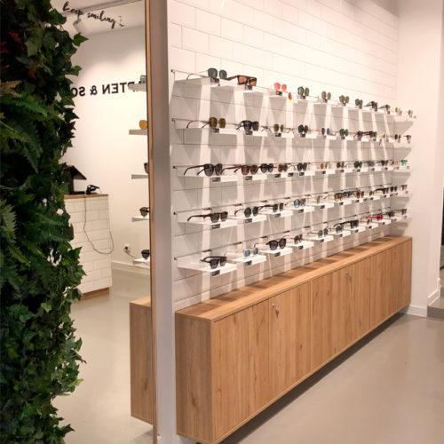 Die Brillenwand im Kapten & Son-Shop in München