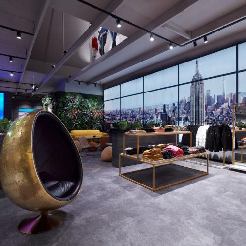 Ein Stück New York in Frechen: Eine Motivwand aus hinterleuchteten Textilspannrahmen lässt die Kunden in eine urbane Welt eintauchen.