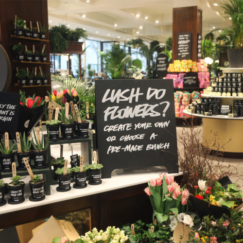Auch frische Blumen stehen zum Verkauf.