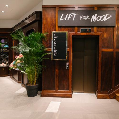 """""""Lift your mood"""" lautet der Slogan, der über dem Fahrstuhl auf weitere Etagen aufmerksam machen soll"""