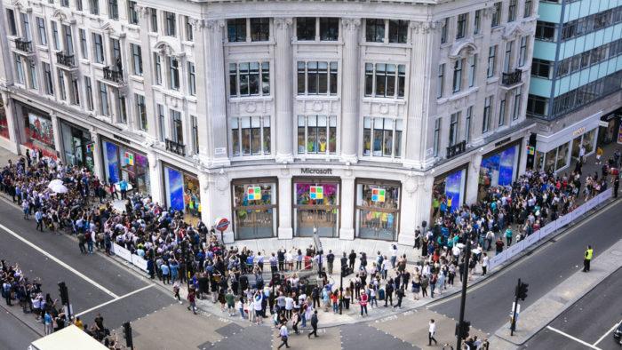 Menschenandrang bei der Eröffnung des ersten europäischen Flagship-Stores von Microsoft in London