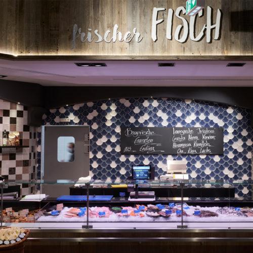 Nach eigenen Angaben handelt es sich um eine der größten Frischfischtheken Münchens.