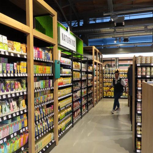 In den Regalen aus Holz und Metall findet man ausschließlich ökologisch produzierte Lebensmittel.