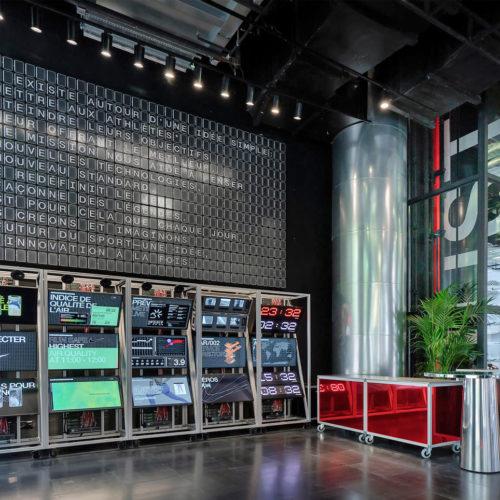 """Die """"Mission Control""""-Wand im Eingangsbereich soll Nike Fans aus aller Welt verbinden."""