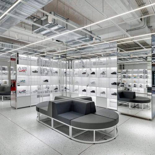 Das in hellen Farben gestaltete Sneaker Lab bietet die größte Auswahl an Sportschuhen des US Unternehmens in Europa.