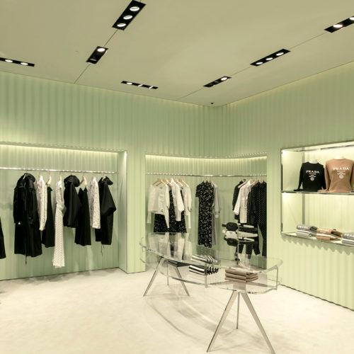 Das neue Storedesign nimmt Bezug zu den Wurzeln Pradas.