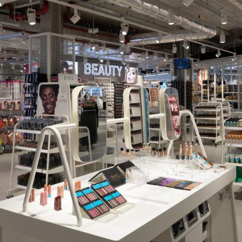 Neben Mode gibt es auch Beauty-Produkte.